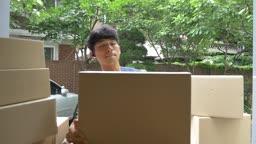 택배 상자 정리하는 택배기사