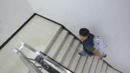 생수병 짊어지고 계단 오르는 택배기사
