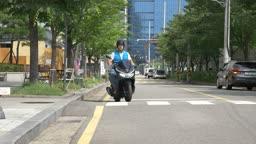 오토바이로 이동하는 배달원