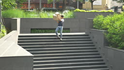 택배 상자 들고 계단 내려가는 택배기사