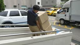 수레로 택배 상자 옮기는 택배기사