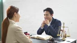 법률 관련 상담하는 남자와 여자 모습