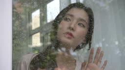 비가 내리는 창밖을 보는 여자 모습