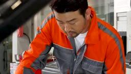 자동차 정비소 엔진룸 점검하는 정비사 모습