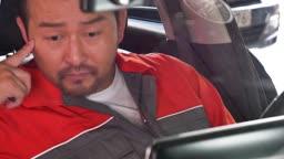자동차 정비소 차안 실내 점검하는 정비사 모습