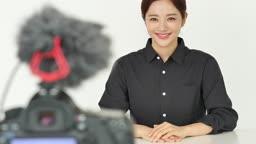 MCN 비즈니스 콘텐츠 제작 중인 젊은여자 모습