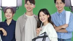 MCN 비즈니스 카메라 응시하며 미소짓는 촬영 스텝 모습