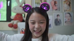 방에서 노트북으로 온라인콘서트 시청하며 응원하는 여자아이 모습