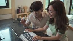 노트북으로 온라인 쇼핑하는 여자 모습