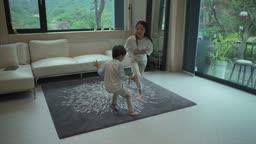 거실에서 함께 노는 아이들 모습
