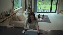 거실에 모여앉아 있는 가족 모습