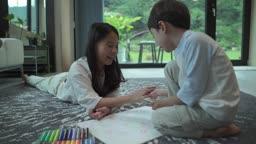 거실에서 함께 그림 그리는 아이들 모습