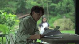 재택근무하는 남자와 마당에서 노는 아이들 모습