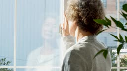실버요양 창밖을 바라보는 할머니 뒷모습