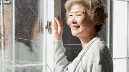 실버요양 카메라 응시하며 미소짓는 할머니 모습