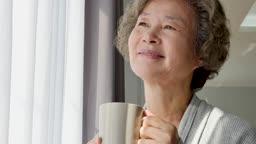 실버요양 커피잔 들고 창밖을 바라보는 할머니 모습