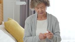 실버요양 약통을 바라보는 할머니 모습