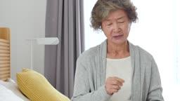 실버요양 약통을 들고 두통을 호소하는 할머니 모습