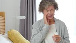 실버요양 약통을 들고 치통을 호소하는 할머니 모습