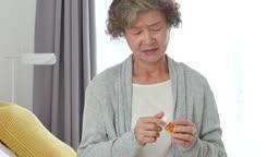 실버요양 약통에서 약을 꺼내는 할머니 모습