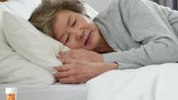 실버요양 침대에 누워 우울해하는 할머니 모습