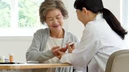 병원 혈당 검사하는 할머니와 의사 모습