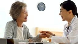병원 진료를 보는 할머니와 의사 모습