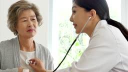 병원 카메라 응시하며 미소짓는 할머니와 의사 모습