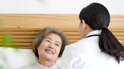 재택진료 침대에 누워 진료받는 할머니와 의사 모습