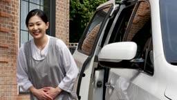 간병 차량 탑승을 위해 인사하는 요양 보호사 모습