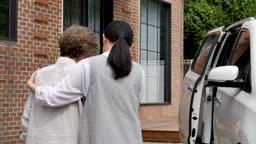 간병 할마니의 차량 탑승을 도와주는 요양 보호사 모습