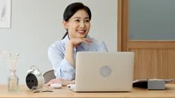 비즈니스 사무실에 앉아 미소짓는 비즈니스우먼 모습