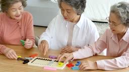 교육 다 같이 모여 퍼즐 맞추기하는 할머니들 모습
