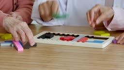 교육 다 같이 모여 퍼즐 맞추기하는 할머니들 손 모습