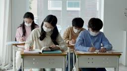 초등학교 교실에서 마스크 착용하고 공부하는 학생들 모습