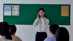 초등학교 교실에서 조용히 시키는 선생님 모습