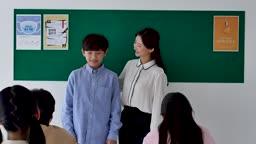 초등학교 교실에서 새로 전학온 학생 소개시키는 선생님 모습