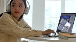 온라인 교육 헤드폰 착용하고 뒤돌아보는 학생 모습