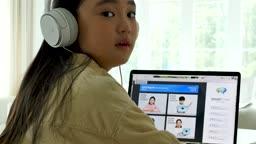 온라인 교육 헤드폰 착용하고 카메라 응시하며 미소짓는 학생 모습