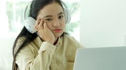 온라인 교육 헤드폰 착용하고 노트북으로 지루해하며 수업 듣는 학생 모습