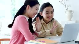 온라인 교육 노트북으로 손 흔들고 미소 지으며 수업 듣는 학생들 모습