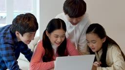 온라인 교육 다 같이 모여 노트북으로 수업 듣는 학생들 모습