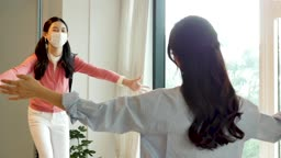 마스크 착용하고 집에 돌아온 딸과 인사를 나누는 엄마 모습