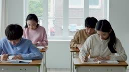 초등학교 교실에서 공부하는 학생들 모습