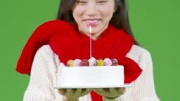 크로마키 크리스마스 케익 들고 소원 빌고 촛불 끄는 젊은여자 모습