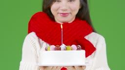 크로마키 크리스마스 케익 들고 촛불 끄는 젊은여자 모습