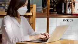 일상 생활 속 마스크 마스크 착용하고 카페에서 업무보는 비즈니스우먼 모습