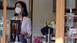 일상 생활 속 마스크 마스크 쓰고 준비된 음료 가지고 나오는 카페 주인과 손님 모습