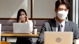 일상 생활 속 마스크 마스크 착용하고 카페에서 업무보는 비즈니스맨과 비즈니스우먼 모습