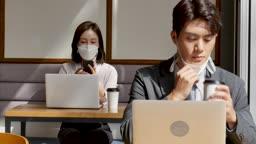 일상 생활 속 마스크 마스크 착용하고 카페에서 업무보며 커피 마시는 비즈니스맨과 비즈니스우먼 모습
